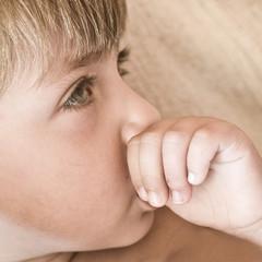bambino con dito in bocca