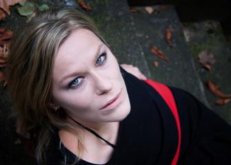 Junge Frau auf einer Kellertreppe