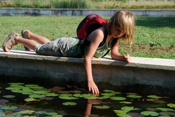 Randonnée - Enfant allongé au bord du bassin