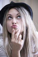 ragazza giovane con cappello