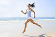 Junge sportliche Frau rennt am Strand
