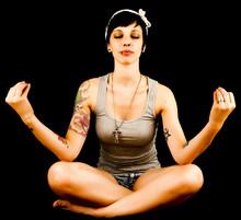 Mediteren jonge vrouw