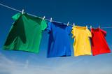 Primaria T-Shirts colorato su una clothesline