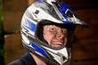 Jugendlicher mit Helm ist begeistert vom Kart fahren