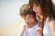 Portrait d'une petite fille dans les bras d'une femme