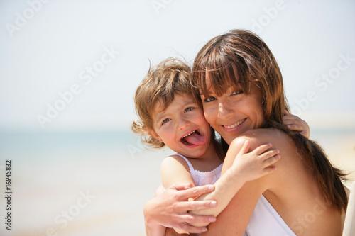 femme souriante et d'une petite fille tirant la langue