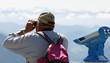 Mann mit Fernglas - man with binoculars on mountain