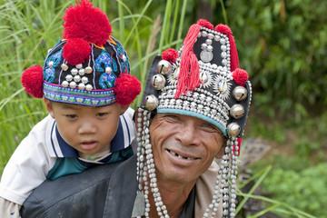 Mann mit Kind in Thailand, Akha