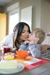 Portrait d'un petit garçon embrassant une femme sur la joue