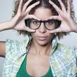 jeune femme grandes lunettes vert
