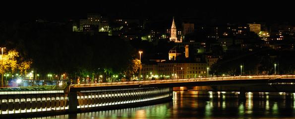 quai de saône à Lyon de nuit, France