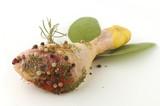 Coscia di pollo cruda con spezie ed erbe