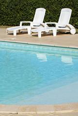 chaises longues au bord de la piscine # 03