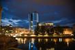 Glasfassade des Uniqa Towers in Wien wird Nachts beleuchtet