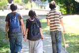 Jeunes garçons et fille se promenant côte à côte