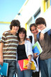 Portrait de jeunes garçons et filles souriants avec documents