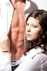 Junge Frau öffnet Mann das Hemd
