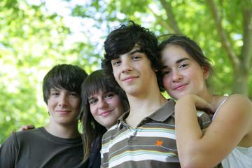 Portrait de jeunes garçons et de filles souriants