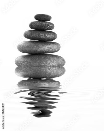 kamienie-zen-odbijaja-sie-w-lustrze-wody