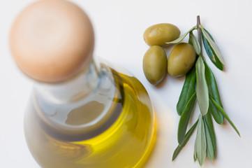 Olivenöl mit Oliven und Olivenbaumzweig