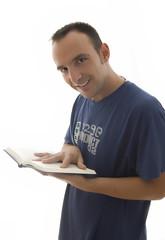 Joven sonriente leyendo libro