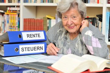 Rentnerin mit Steuererklärung V