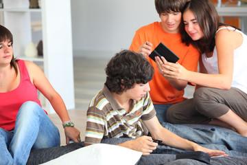 Jeunes garçons et filles avec console portable