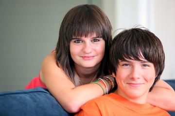 Portrait d'un jeune garçon et d'une fille souriants