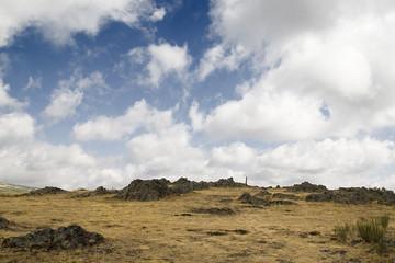 cima de la montaña y nubes