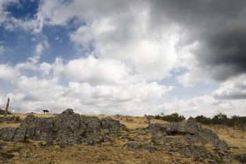 piedra de pizarra y nubes