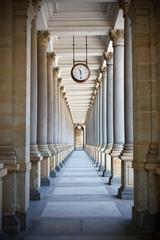 fototapeta klasyczny styl kolumnada w Karlovy Vary