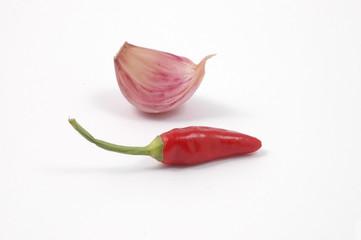uno spicchio di aglio e un peperoncino