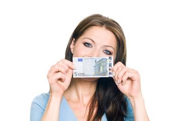 Hübsche Frau hält 5 Euro Geldschein
