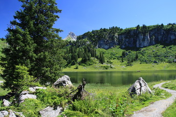Malerischer Gebirgssee im Hochgebirge