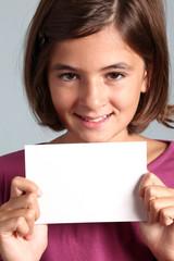 bambina mostra caroncino bianco