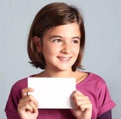 bambina mostra cartoncino bianco