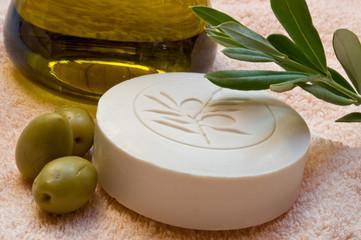 Olivenseife mit Olivenöl und Olivenzweig
