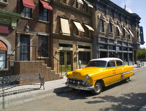 old-american-taxi-w-starym-miescie