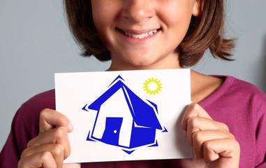 bambina mostra disegno di una casa