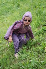 Enfant dans l'herbe