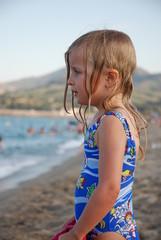 Enfant regardant la mer