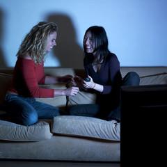deux jeunes femmes plaisir soirée télé