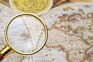 地図と虫メガネ
