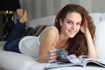 jeune femme lisant un magazine
