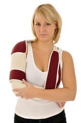 Junge Frau mit Bandage hat Schmerzen