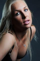 Sexy blonde Frau mit schwarzem BH