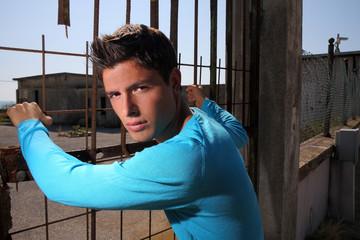 ragazzo in maglia azzurra
