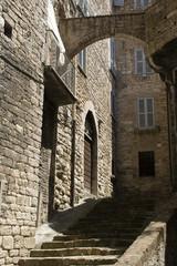 Altes Steingebäude mit Treppe