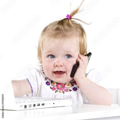 Mädchen mit Laptop und Handy
