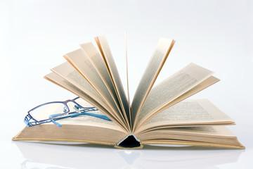 libro con gafas